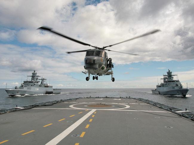 A Sea Lynx on the approach to the frigate Rheinland-Pfalz (F225).