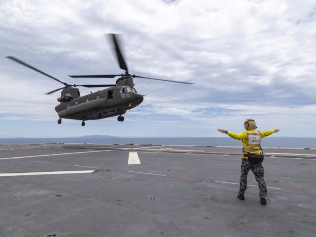 Singapore AF lands on HMAS Adelaide