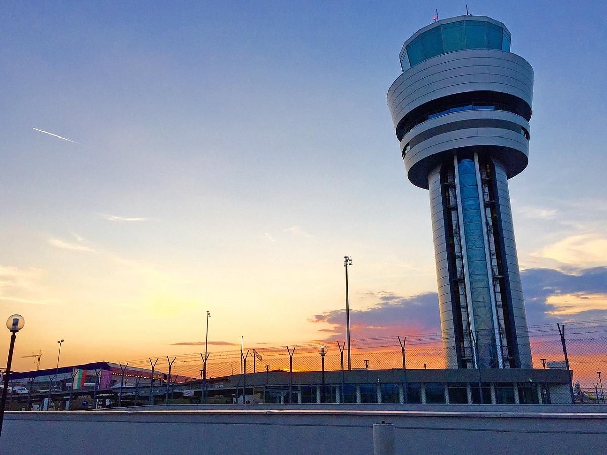 Airport 1682067 1280